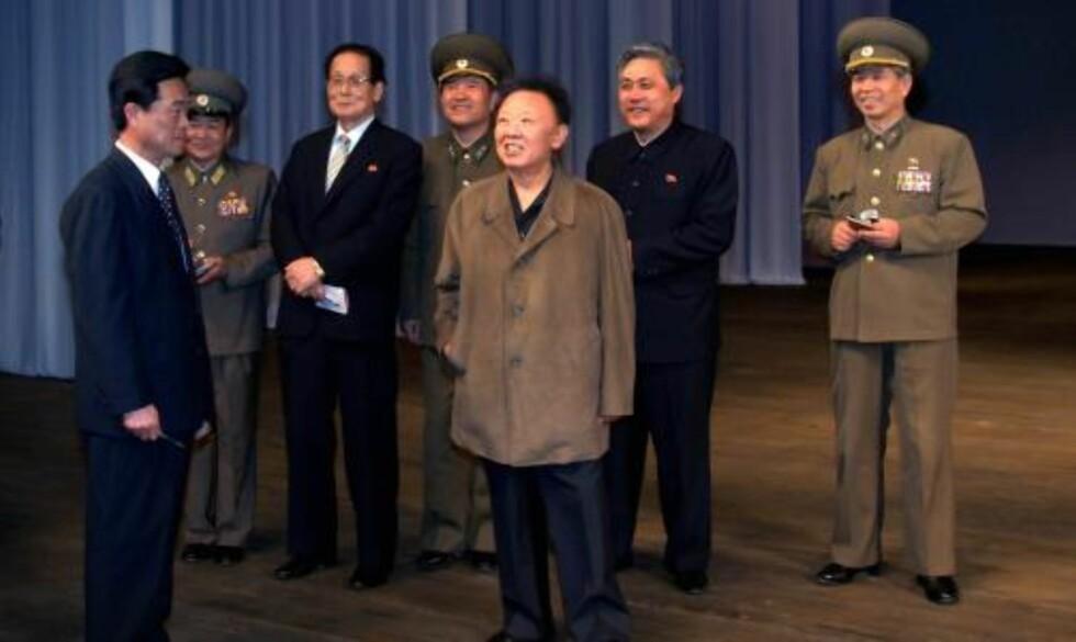 NYE BILDER: Ferske bilder av Nord-Koreas leder Kim Jong-il ble sluppet i dag. Her besøker han det nyoppussede teateret i hovedstaden Pyongyang. Foto: REUTERS/KCNA/SCANPIX