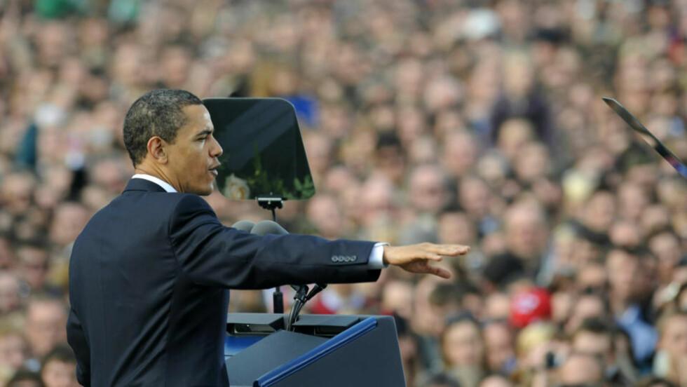 TUSENVIS: Barack Obama talte til tusenvis av frammøtte. Foto: AP Photo/CTK, Michal Kamaryt/SCANPIX