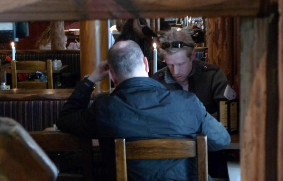 DAVID WEISS: Mannen med ryggen til er 45-åringen som har utgitt seg for å være David Weiss. Han innrømmer overfor Dagbladets reporter at offiseren og etterretningsagenten Weiss ikke finnes. Foto: Arve Bartnes