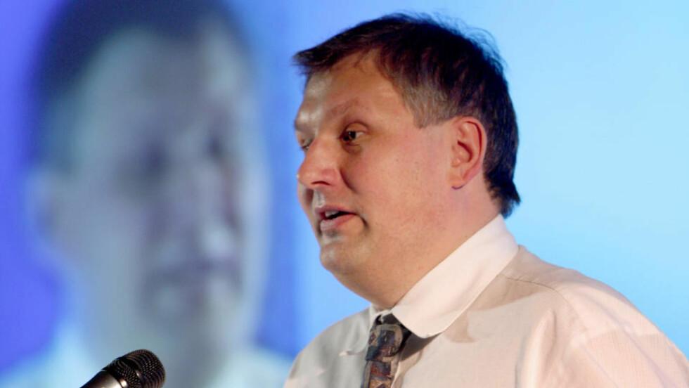 BLANDER SEG IKKE: : Olje- og energiminister Terje Riis-Johansen vil som representant for StatoilHydros storeier staten ikke blande seg bort i det omstridte oljesandprosjektet i Canada. Foto:  Knut Falch / SCANPIX