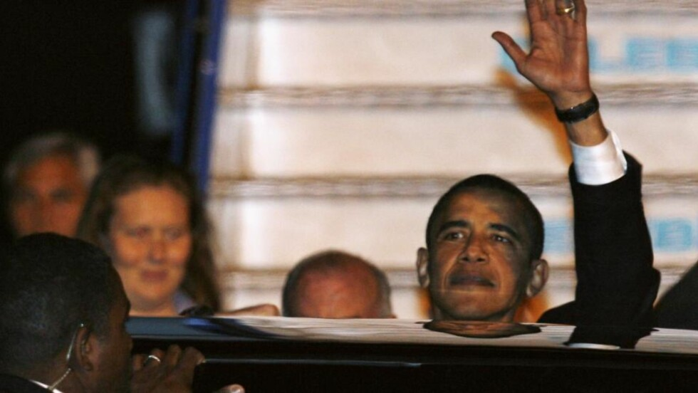 STRENGE SIKKERHETSTILTAK: Det var såvidt USAs president Barack Obama klarte å vinke til de frammøtte på Esenboga flyplass i Ankara. Besøket i den tyrkiske hovedstaden har blitt svært godt mottatt av myndighetene som håper på bedre forhold mellom USA og Tyrkia framover. Foto: Umit Bektas/Scanpix/Reuters