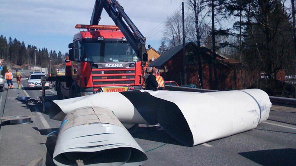FALT AV: Denne metallrullen falt av en lastebil da lastestroppene røk midt på E 18 i Larvik i Vestfold. Foto: ROLF SVENDSEN