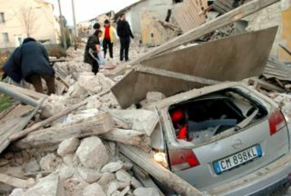 RASERT LANDSBY: I landsbyen Onna er store deler av bygningsmassen helt ødelagt. Foto: EPA/SCANPIX