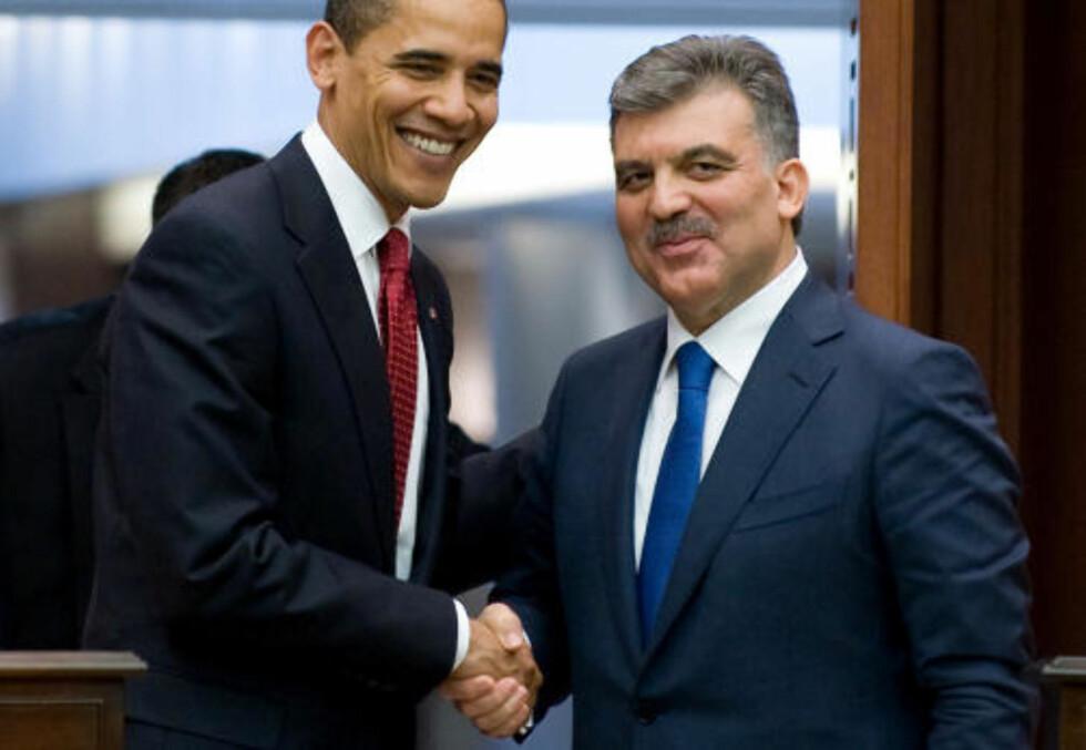 GOD TONE: Barack Obama besøkte i dag Tyrkia, det første muslimske landet han har vært i som president. Her sammen med Tyrkias president Abdullah Gul på en pressekonferanse på Cankaya Palace i Ankara. Foto: Saul Loeb/Scanpix