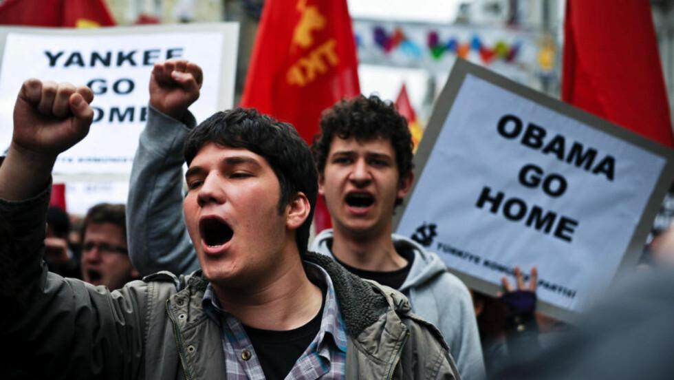IKKE VELKOMMEN: Det tyrkiske kommunistpartiet var ikke glade for å få USAs president Barack Obama på besøk og demonstrerer her i Istanbul. Obama uttrykte i dag sin støtte til Tyrkias kamp mot kurderne. Foto: Dimitar Dilkoff/Scanpix