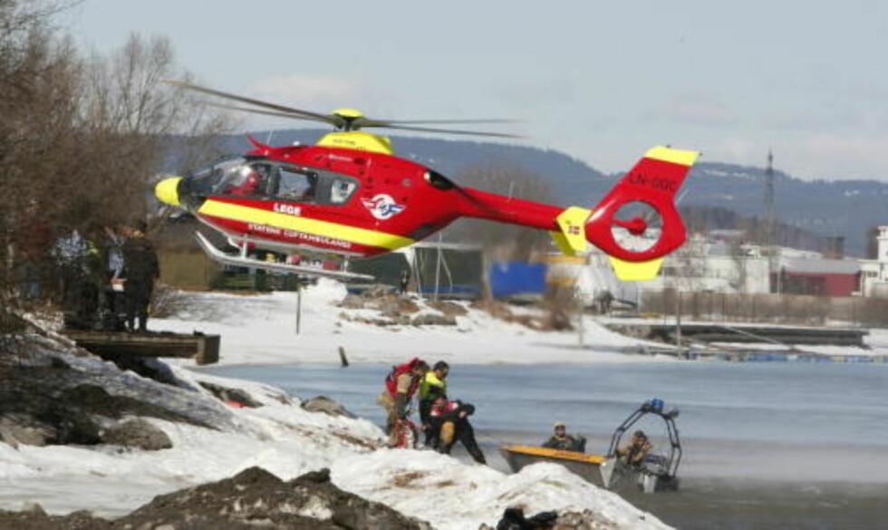 SØKER ETTER ANTATT OMKOMMET: Aksjonen ved Nitelva har gått fra å være en redningsaksjon til et søk etter en antatt omkommet. Foto: Lise Åserud / SCANPIX