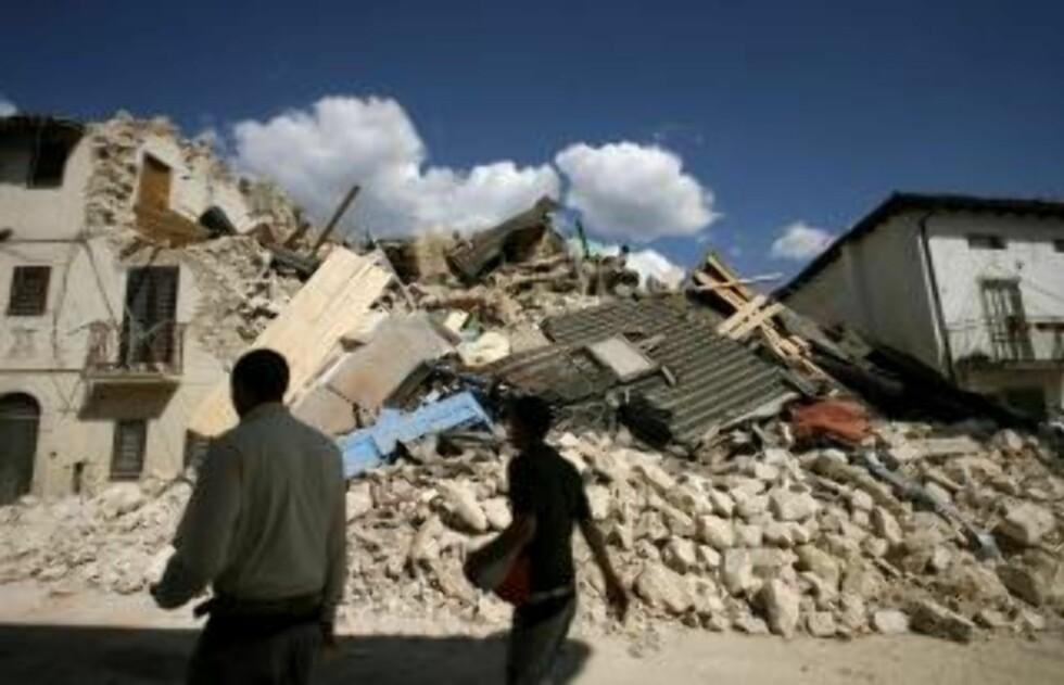MINST 90 DØDE: Her ser innbyggerne i landsbyen Onna på ødeleggelsene etter jordskjelvet. Foto: REUTERS/Alessia Pierdomenico