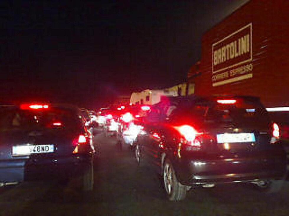 TRAFIKKAOS: Veiene mellom Roma og Abruzzo er fulle av biler på vei til eller fra katastrofeområdet. MMS-foto: KAMILLA THORESEN