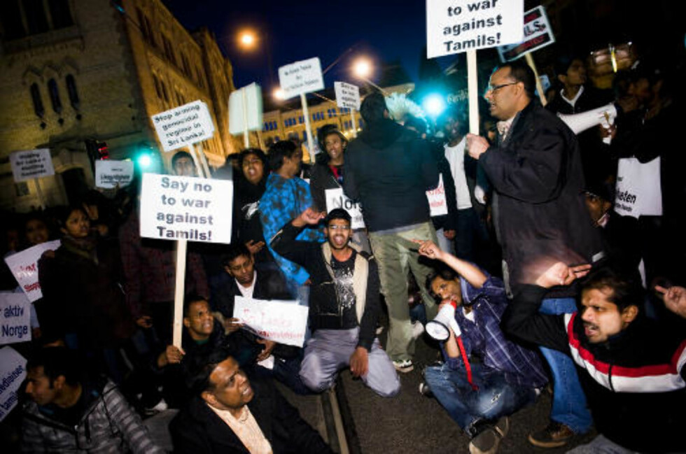 SPERRET GATENE: I det som delvis var en sitt-ned-aksjon sørget demonstrantene for å sperre for trafikken i blant annet Stortingsgata i kveld. Foto: HÅKON EIKESDAL