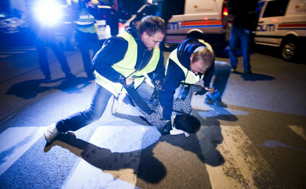 PÅGREPET: Enkelte av de mest aktive demonstrantene måtte finne seg i å bli tatt med bort av politiet.  Foto: HÅKON EIKESDAL
