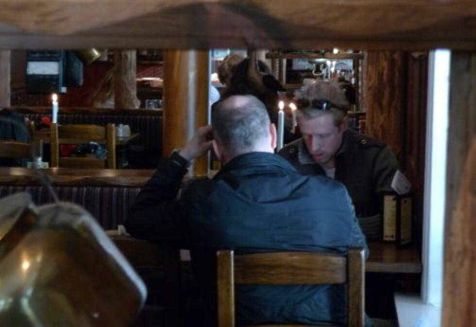 INNRØMMER: 45-åringen (med ryggen til) innrømmer overfor Dagbladet at han forsøkte å svindle en telebutikk i Oslo ved å utgi seg for å jobbe i Forsvarsdepartementet. Foto: Arve Bartnes / Dagbladet