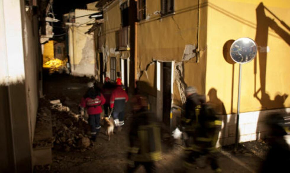 VAKTSKIFTE: Et nytt redningslag går inn i de farligste områdene, der pressefolk ikke for oppholde seg. Foto: Espen Røst/DAGBLADET