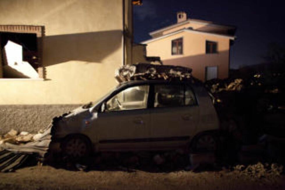 MATERIELLE SKADER: En bil har fått hard medfart i skjelvet. Foto: Espen Røst/DAGBLADET