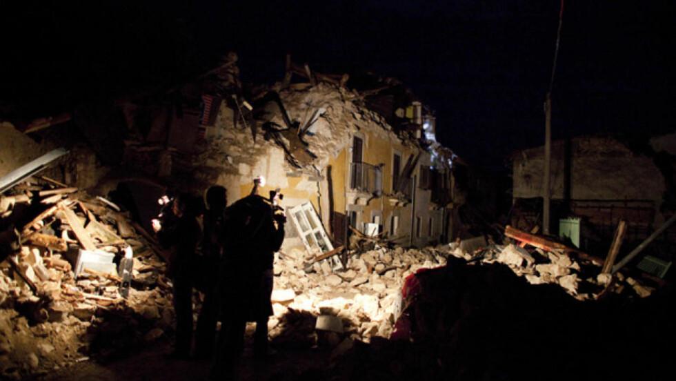 ENORME ØDELEGGELSER: I natt var det kun slitne frivillige og noen få pressefolk igjen i Onna. Foto: Espen Røst/DAGBLADET