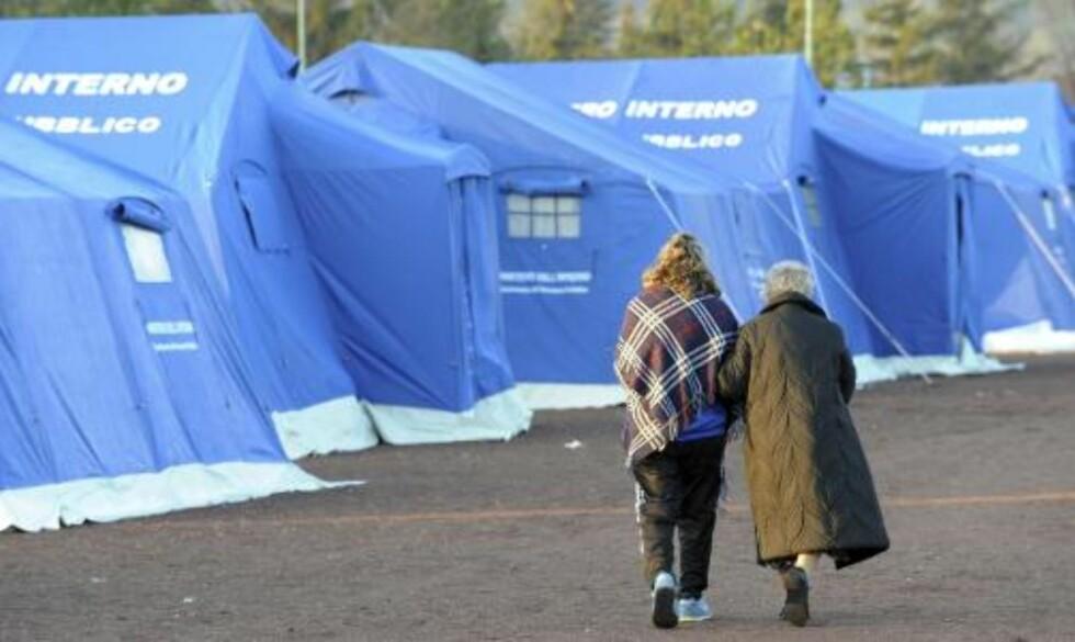 SATT OPP TELT: Mange har overnattet i telt, mens andre har tilbrakt den kalde natta i bilen sin. Foto: REUTERS/SCANPIX