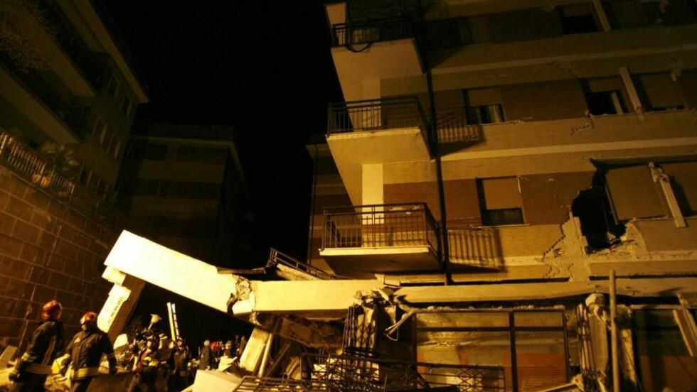 SER ETTER STUDENTER: Italienske brannmenn utenfor det kollapsede studenthuset i Aquila. Ordføreren i byen sier at fem personer trolig er begravet i ruinene. Foto: ALLESSANDRA TARANTINO/AP/SCANPIX