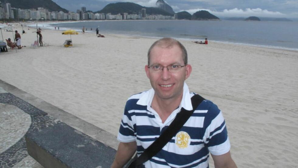 TRENGER HAN HJELP? Dagbladets reiselivsreporter Odd Roar Lange på Cobacabana i Rio de Janeiro.