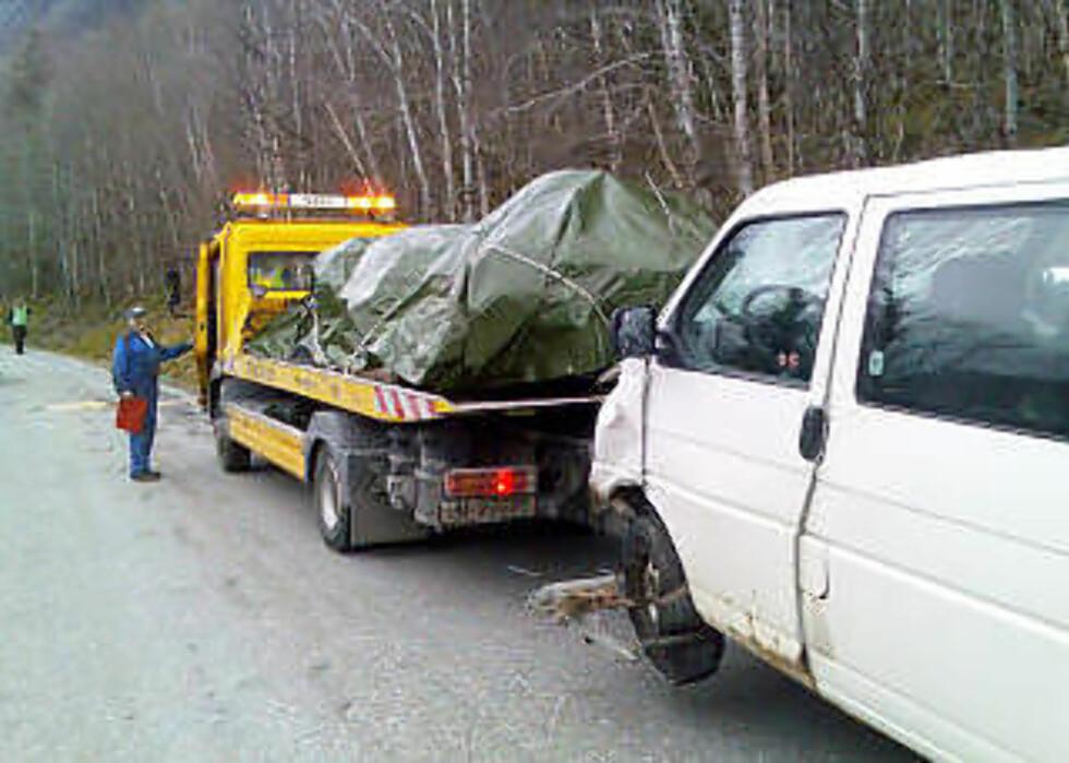 FRAKTES BORT: Vrakene av de to bilene som var innblandet, kjøres bort for tekniske undersøkelser. Foto: FRIDGEIR WALDERHAUG