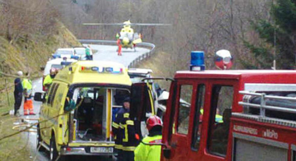 TRAGEDIE: Til sammen åtte personer var innblandet i dagens kollisjon ved Folkestad i Volda kommune. Småbarnsfamilien som satt i den ene bilen, omkom på stedet. Foto: TORE AARFLOT/MØRE