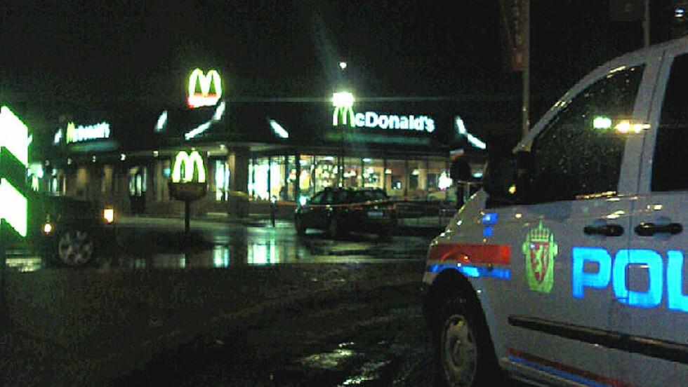 ÅSTEDSUNDERSØKELSER: Politiet arbeider på stedet etter at McDonald's-restauranten på Lørenskog ble ranet i natt. Foto: Fredrik N. Berg