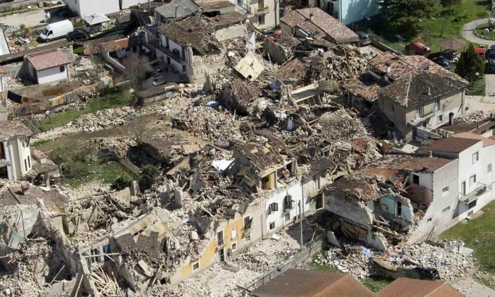 ONNA I GÅR: I natt ble 15 nye lik funnet i jordskjelv-ruinene i og ved byen Aquila. Her fra den lille landsbyen Onna som har mistet veldig mange innbyggere. Foto: REUTERS/SCANPIX