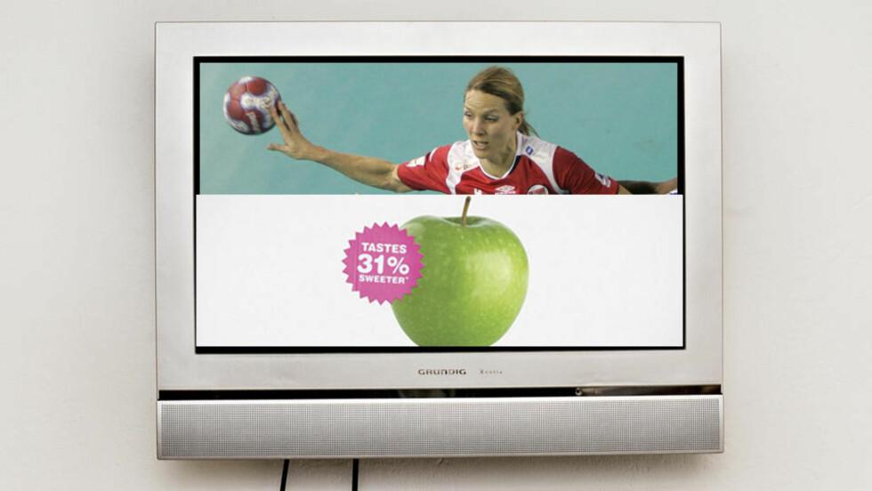 SPLIT-SCREEN: Såkalt «Split-screen advertising» betyr at tv-skjermen deles horisontalt eller vertikalt slik at redaksjonelt og kommersielt innhold sendes samtidig. FOTOMONTASJE