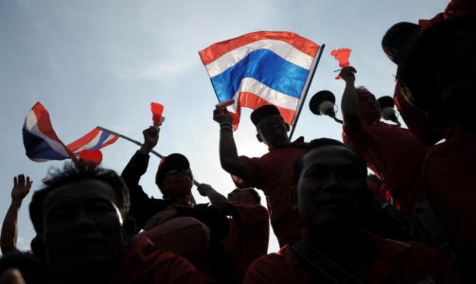 40.000 DEMONSTRERTE: Ifølge politiet var det 40.000 rødkledde mennesker som deltok i demonstrasjonen utenfor kontoret til Abhisit, der noen Thaksin-tilhengere allerede i flere uker har vært samlet i protest mot regjeringen. Foto: AFP/Christophe ARCHAMBAULT