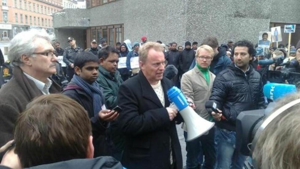 MØTTE TAMILENE: Statssekretær Raymond Johansen møtte de sultestreikende tamilene i ettermiddag. Foto: Hans-Martin Thømt Ruud
