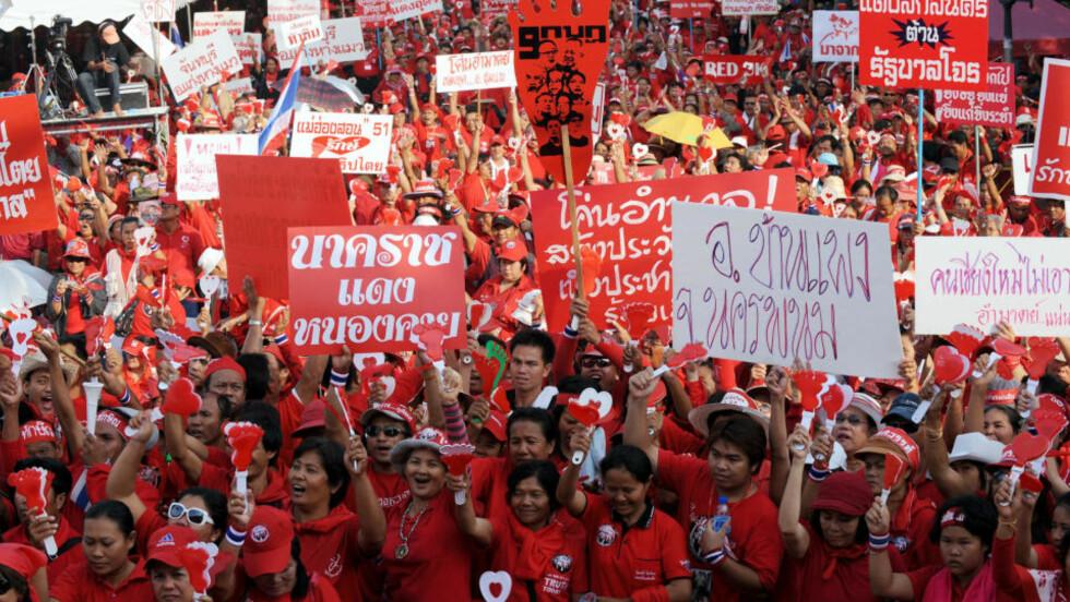 PROTEST: Thailand opplever nok en gang massedemonstrasjoner. Denne gangen er det tilhengere av eksstatsminister Thaksin Shinawatra som vil presse regjeringen til å gå av. Foto: AFP/SCANPIX