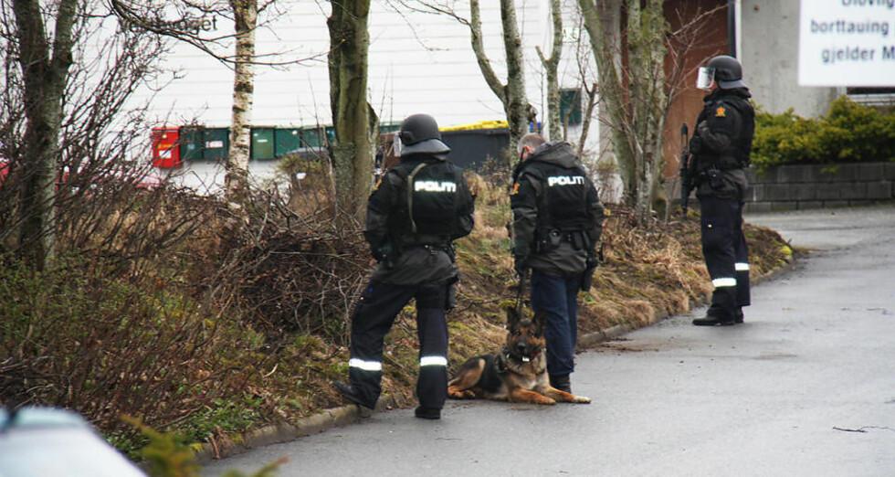 BEVÆPNET: Spesialstyrken ved Rogaland politidistrikt rykket ut til boligen i Bryne sentrum. Etter forhandlinger overga mannen i 40-åra seg. Foto: MAGNAR LARSEN