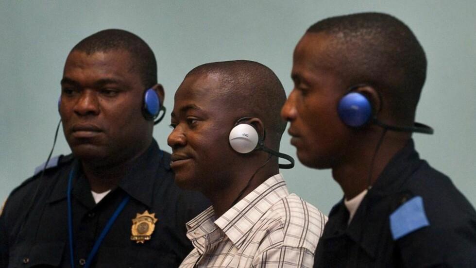 DØMT: Issa Sesay (midten) hører dommen mot ham bli opples. Fengsel i 52 år. I samme sak ble Morris Kallon dømt til 29 år i fengsel og Augustine Gbao dømt til 25 år i fengsel. De tre er dømt for krigsforbrytelser, og forbrytelser mot menneskeheten under opprøret i Sierra Leone mellom 1991 - 2001. Foto: EPA/SPECIAL COURT FOR SIERRA LEONE / SCANPIX