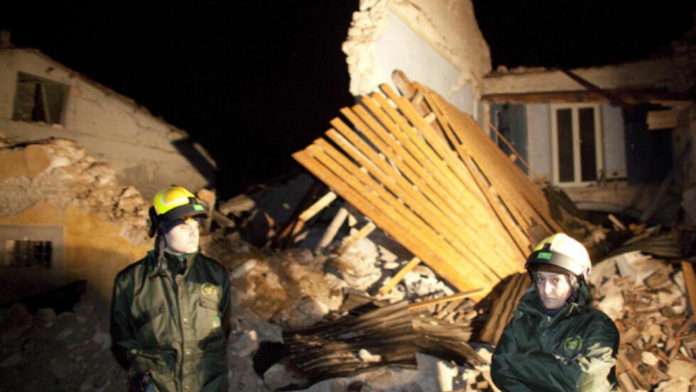 ØDELEGGELSER: L'Aquila-området har blitt rammet av nok et kraftig etterskjelv. Her redningsfolk i byen Onna. Foto: Espen Røst/DAGBLADET