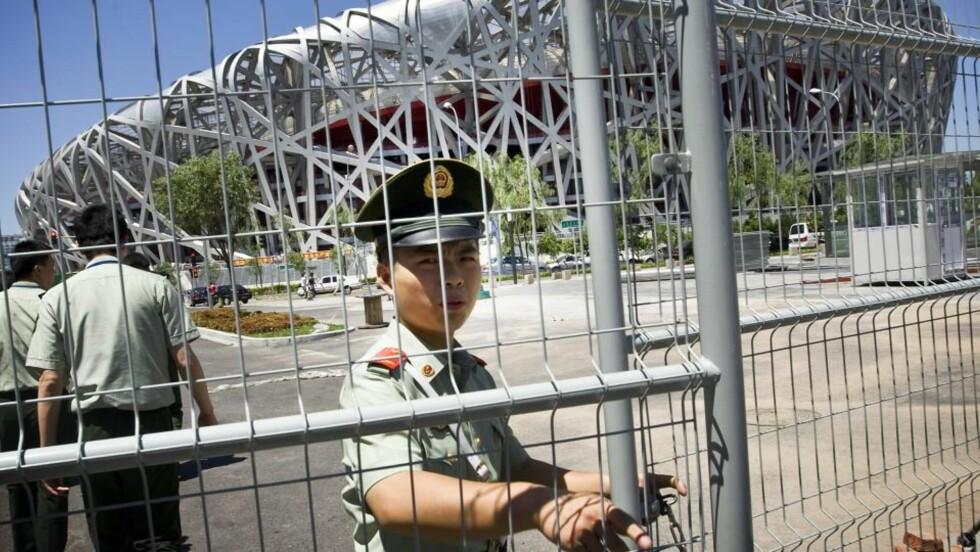 ADVARTE MOT TERROR: Kinesisk politi oppfordret publikum til å rapportere opplysninger om terrorangrep som forberedes mot OL i Beijing. Store pengesummer ble lovet i belønning. Foto: Heiko Junge / SCANPIX