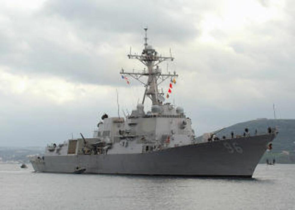 PIRATJAKT: Den amerikanske marinen, her representert ved USS Bainbridge, støtter rederiet i jakten på den amerikanske kapteinen. Foto: AP/U.S. Navy