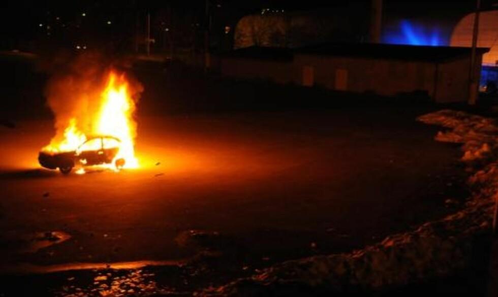 IDRETTSPLASS: Den brennende bilen sto bare meter fra kunstgressbanen på Jordal.