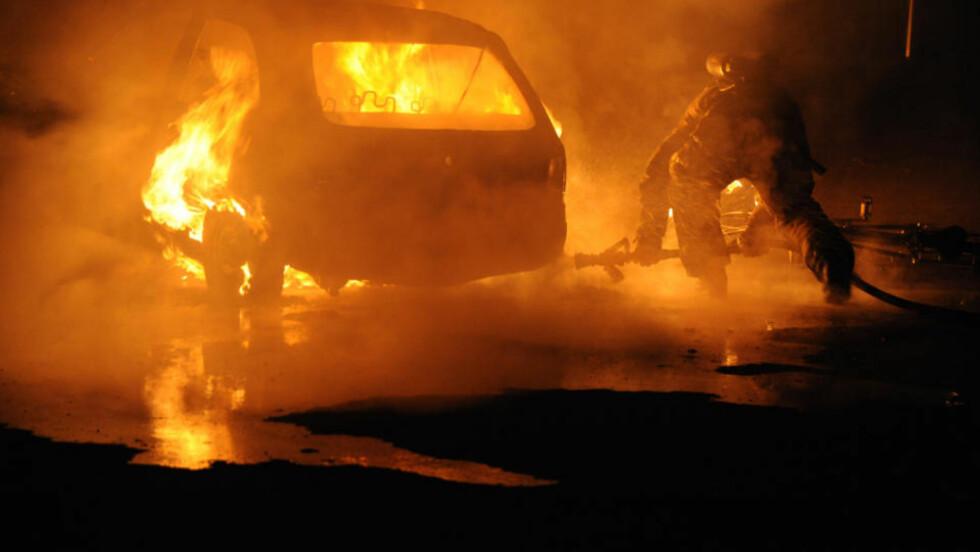 FULL FYR: Det brant i en bil på Jordal sent i kveld. Foto: Øistein Norum Monsen