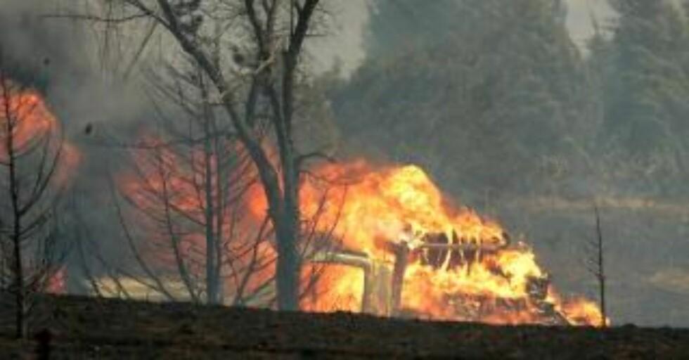 I FLAMMER: Også brannvesenet har kommet ut for kjempeflammene. Her står en brannbil i brann. Foto: AP Photo/The Oklahoman/Steve Gooch/Scanpix