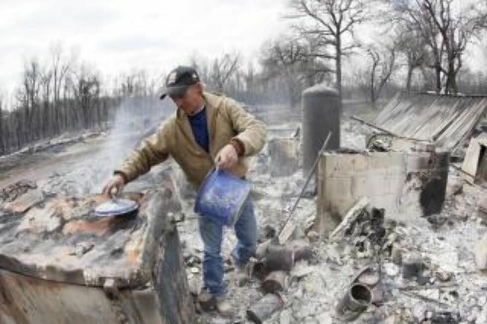 ØDE: Innbygger Kenneth Wentz redder noen kjøkkenartikler fra sitt nedsvidde hus. Utenom dette er det lite å hente. Foto: EPA/Bill Waugh/Scanpix