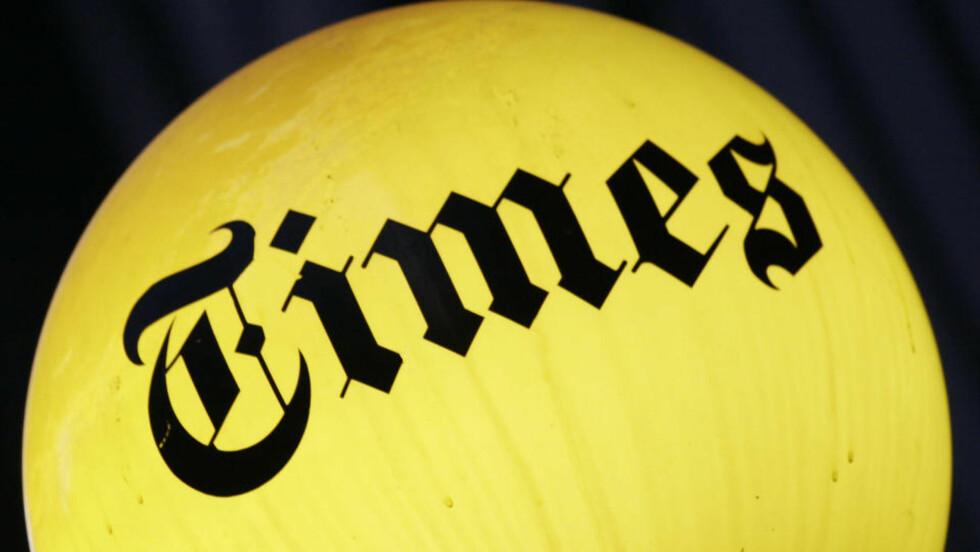 NEW YORK TIMES VAKLER;:  I USA dør nå flere papiraviser som følge av finanskrisa og at leserne går over til nett. På New York Times-bygningen lyser fremdeles logoen, men både den og  Boston Globe sliter med økonomien. Foto: SCANPIX/AP Photo/Mark Lennihan