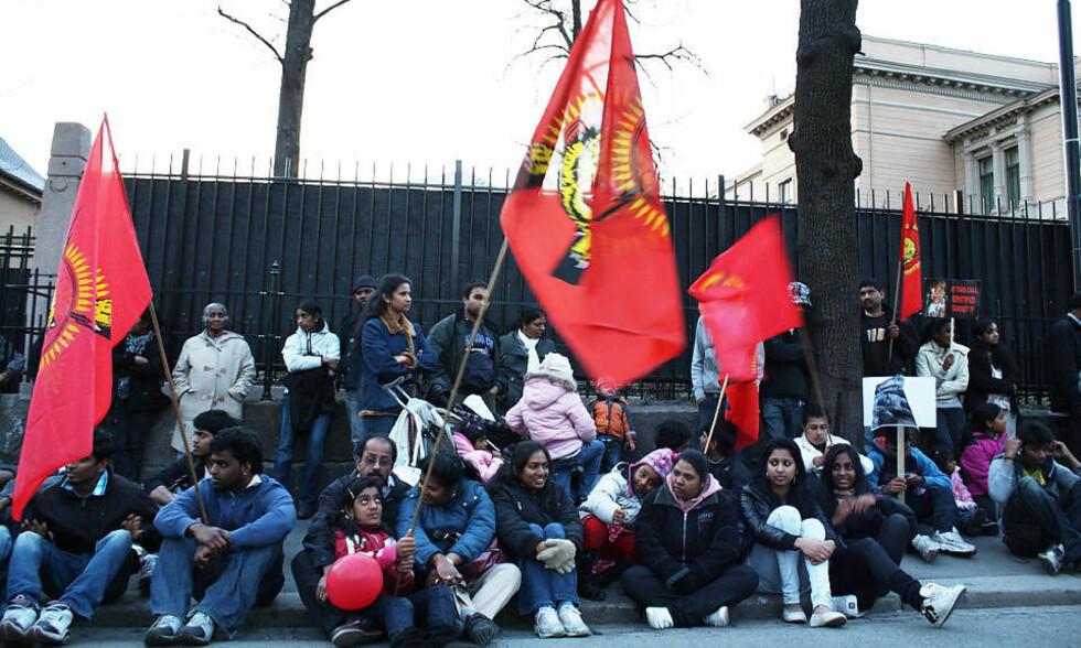 SATTE SEG NED: Tamilene bestemte seg i dag for å gå til sitt-ned-aksjon utenfor statsministerboligen på Frogner. Foto: ALEJANDRO DECAP