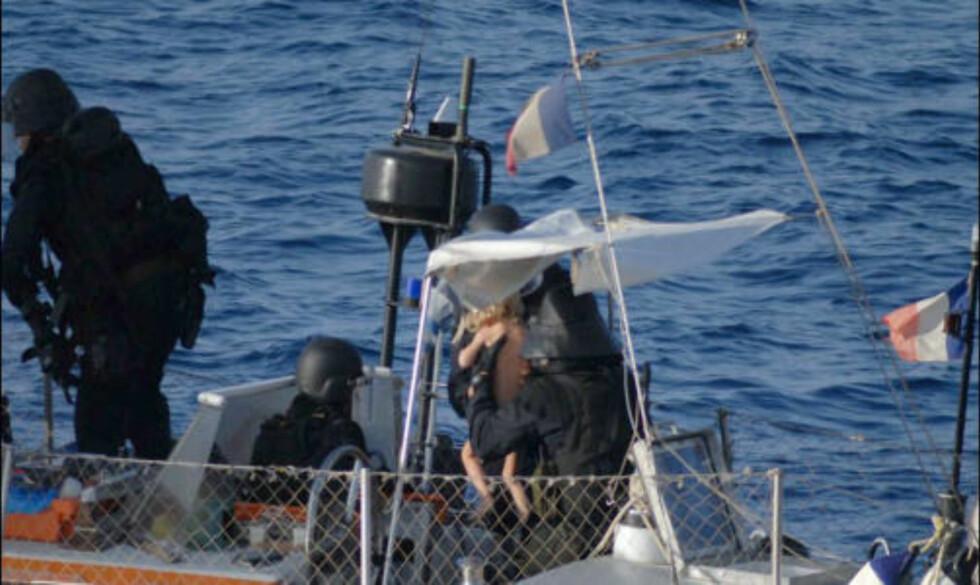 I SIKKERHET: En tre år gammel gutt var blant gislene om bord på «Tanit». Foto:  AFP PHOTO / ECPAD/SCANPIX