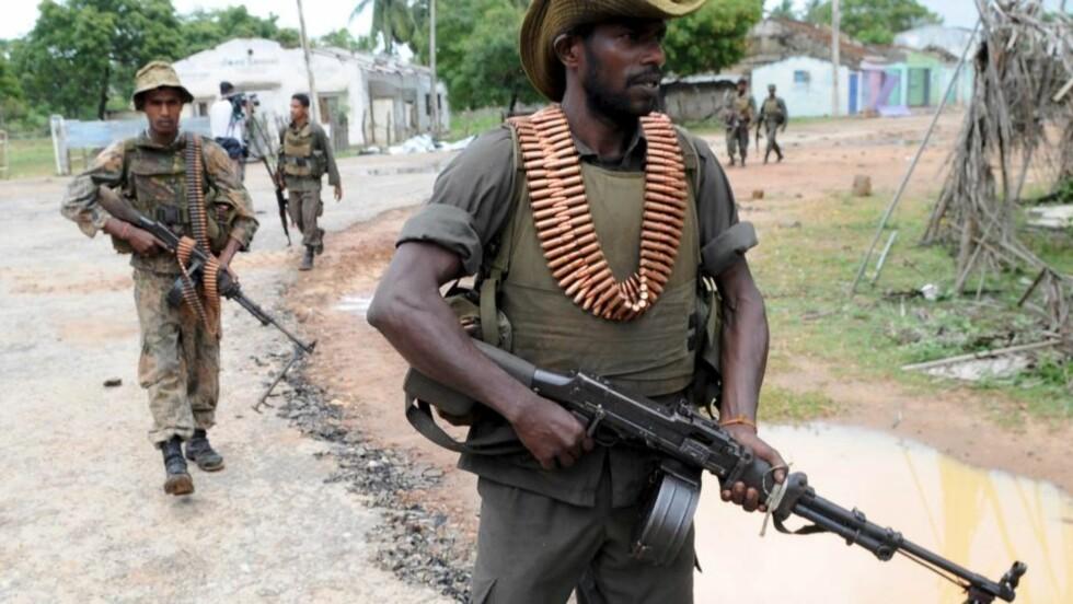 VÅPENHVILE I TO DAGER: Disse styrkene fra regjeringshæren på Sri Lanka går to roligere dager i møte. Foto: EPA/STR/Scanpix