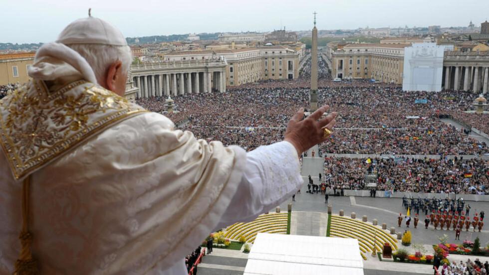 MØTTE PUBLIKUM: Titusener av mennesker hadde møtt opp på Petersplassen i dag for å se Pave Benedikt XVI. Foto: AFP PHOTO/ OSSERVATORE ROMANO/SCANPIX