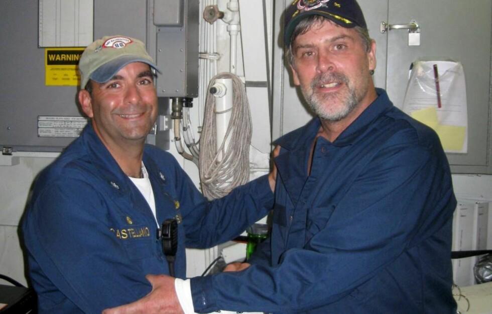 I SIKKERHET: Etter ett rømningsforsøk ble kaptein Richard Phillips frigitt etter en aksjon hvor tre av piratene ble drept. Her er han ombord i skipet USS Bainbridge sammen med offiser Frank Castellano.  Foto: EPA/US NAVY/SCANPIX