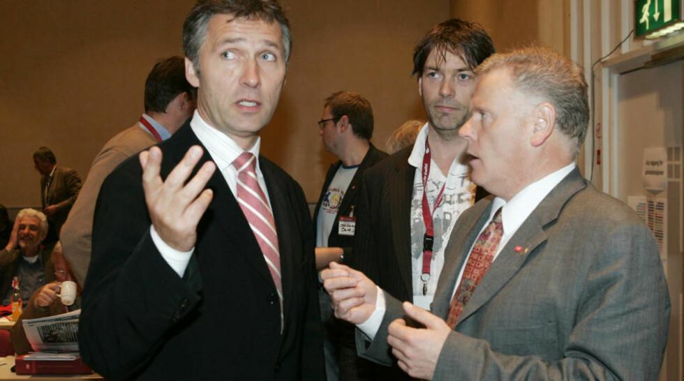 OSLO 20050520: Ap-leder Jens Stoltenberg ( til venstre)  talte under Fagforbundets 1. ordinære landsmøte i Folkets Hus fredag.  Her sammen med forbundsleder Jan Davidsen. Foto: Heiko Junge / SCANPIX