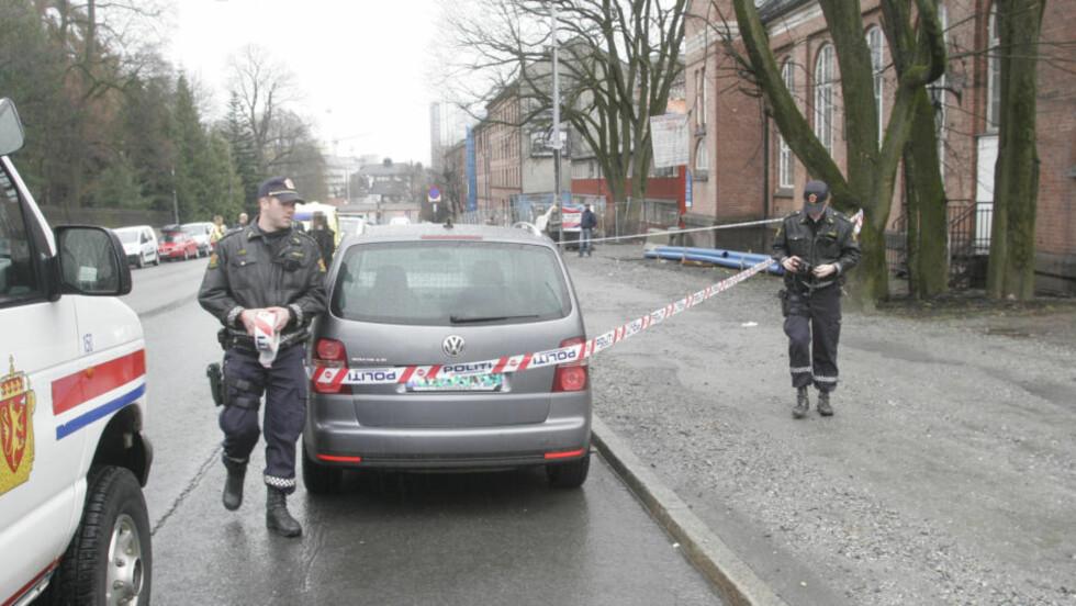 KNIVSTUKKET I BIL:   To menn ble lettere skadd etter å ha blitt knivstukket, trolig i en bil, på Tøyen i Oslo.  Foto: Frank Evensen