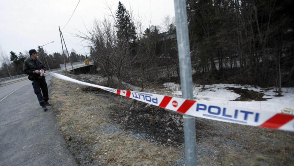 OVERFALT: Politiet sperret søndag kveld av åstedet på Stovner i Oslo der en 16-åring ble overfalt av en ungdomsgjeng tidligere på kvelden. Foto: Stian Lysberg Solum / SCANPIX