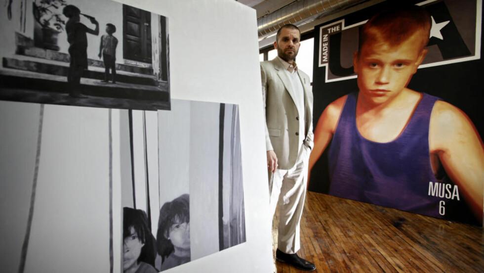 BRUKER PEDOFILI-BILDER: Bjarne Melgaard bruker bilder fra blader for pedofile i sitt nye kunstprosjekt. Her er han fotografert sammen med noen av de ennå uferdige kunstverkene. Foto: ØRJAN ELLINGVÅG