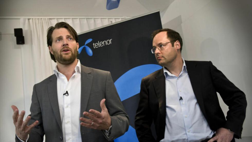 SAMMEN: Telenor Sveriges administrerende direktør Lars-Åke Norling (til høyre) og Tele2 Sveriges administrerende direktør  Niclas Palmstierna  under tirsdagens pressekonferanse i Stockholm, der de opplyste at  deres to selskapene skal samarbeide om å bygge ut neste generasjons mobilnettverk i Sverige, 4G-nettet. Det nye selskapet, Net4Mobility, vil eies med like store deler av Telenor og Tele2. Foto: Claudio Bresciani / SCANPIX