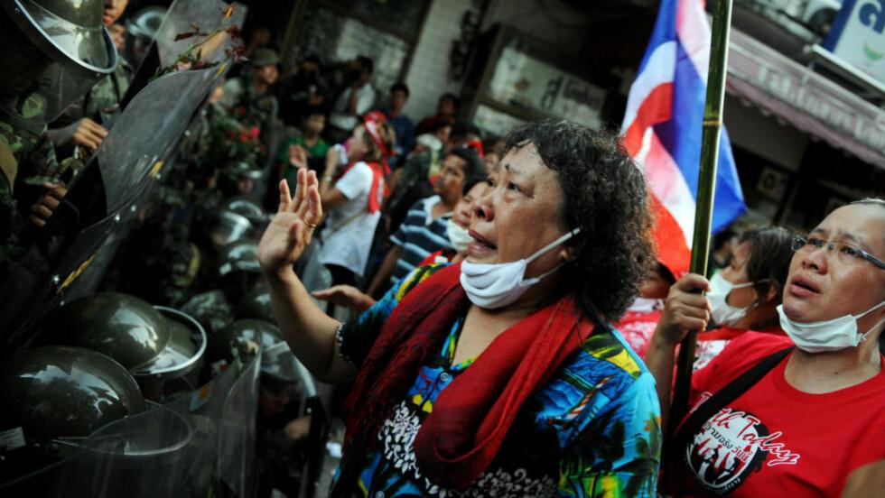 TRAKK SEG TILBAKE: Tilhengere av tidligere statsminister Thaksin Shinawatra forlot i dag regjeringskvartalet, der de siste dagene har demonstrert mot regjeringen. Frykt for blodbad fikk dem til å trekke seg tilbake. Foto: REUTERS/SCANPIX